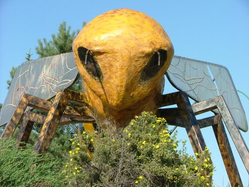 bee_monument_tisdale_canada